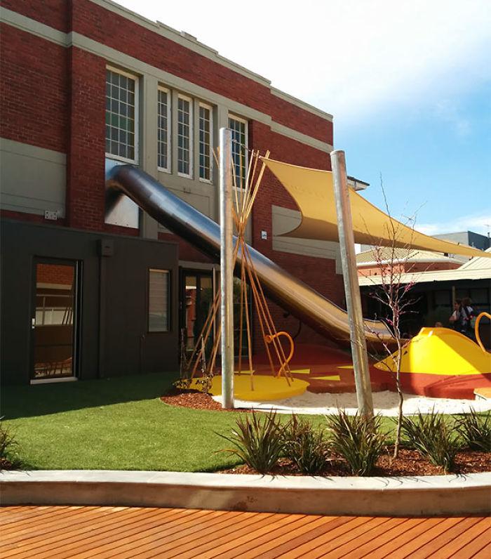 Colegio con tobogan directo del aula al patio