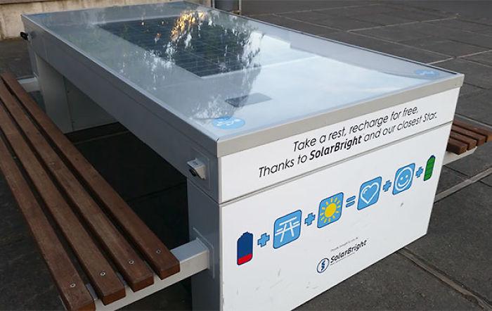 Paneles solares en el instituto con puertos usb para que los estudiantes puedan cargar sus aparatos