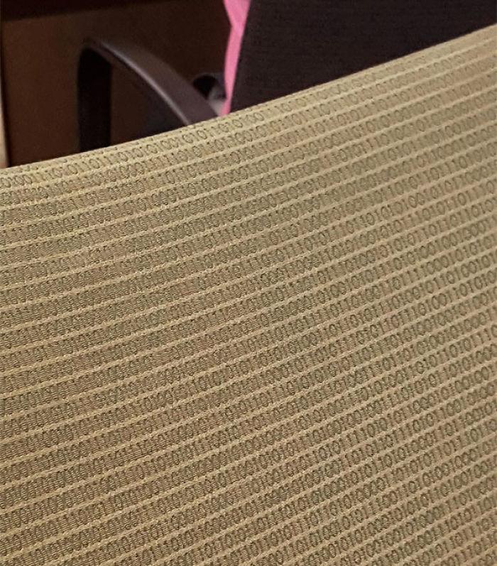 Las sillas de la facultad de matemáticas tienen código binario