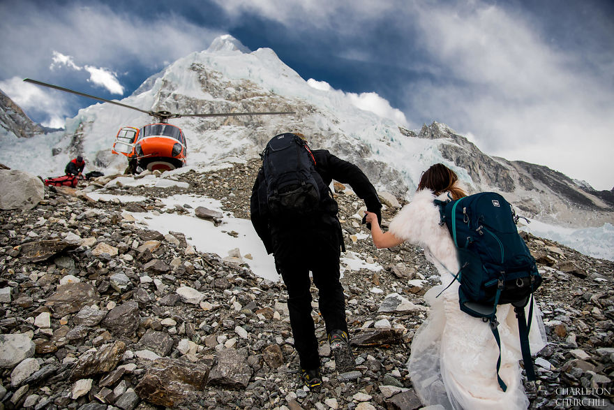 Couple Gets Married On Mount Everest After Trekking For 3 Weeks, And Their Wedding Photos Are Epic
