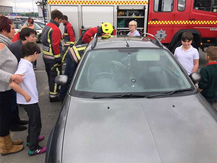 firemen-rescuing-laughing-toddler-from-locked-car-8
