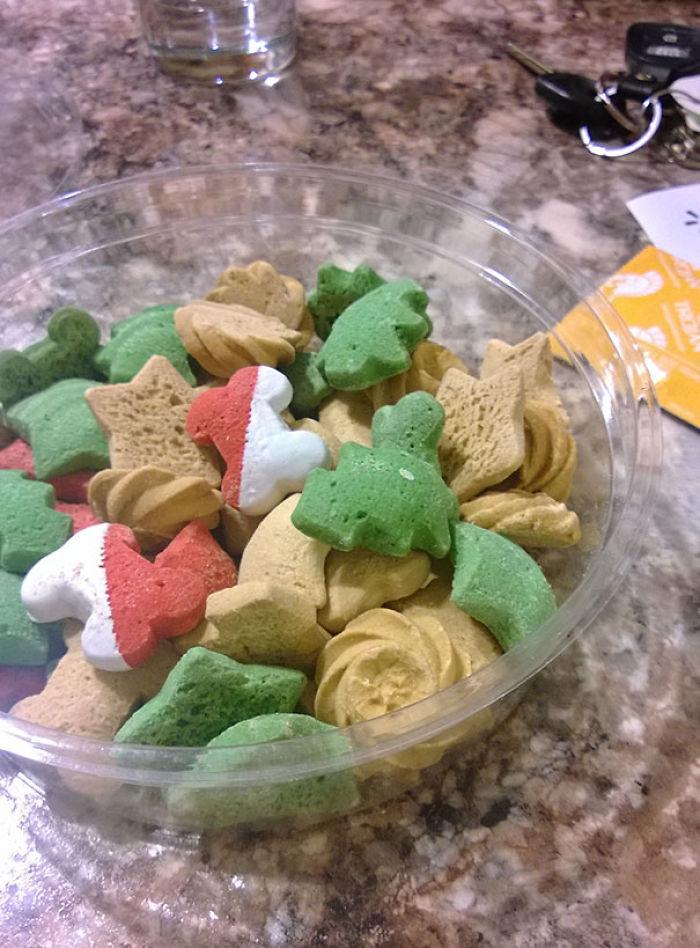 """Vi a mi novia comiendo estas """"galletas navideñas"""". Son para perros"""