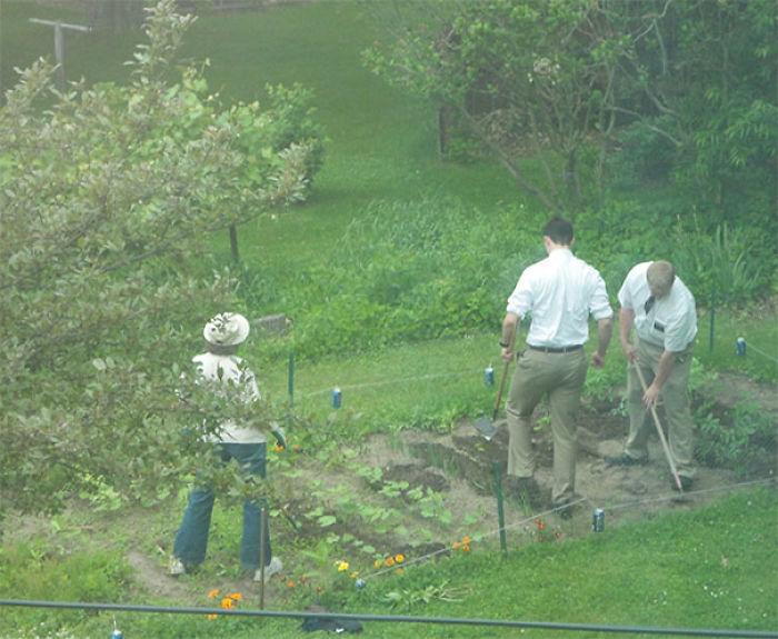 Los mormones querían hablar con mi madre, así que ahí están, ayudándola en el jardín