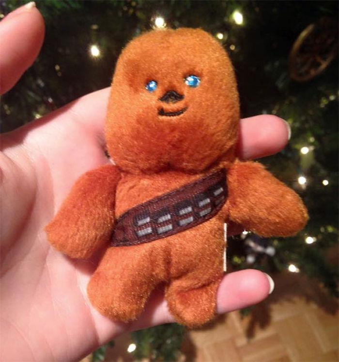 Llevamos siglos poniendo este Chewbacca en el árbol de Navidad, y es que mi madre cree que es un muñeco de jengibre