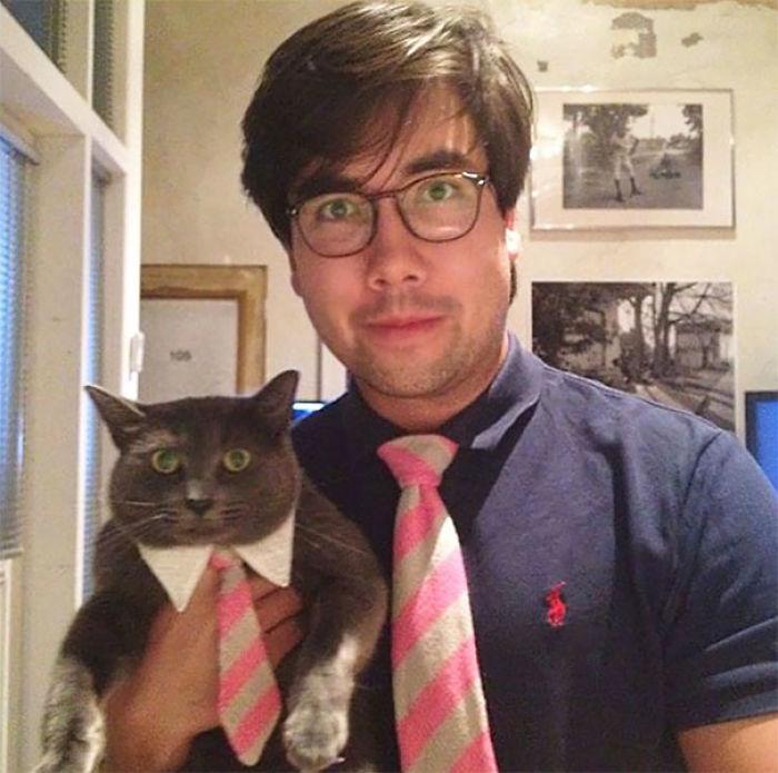 Para mi cumple, mi madre nos ha hecho corbatas a juego para mi y para el gato