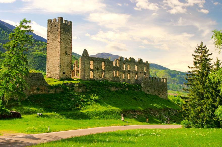 italy-gives-away-free-castles-11-591eb31ba6aa3__880.jpg