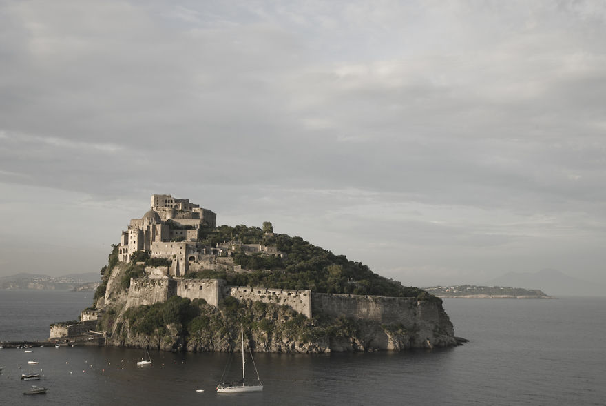 italy-gives-away-free-castles-2-591eb2fd98c06__880.jpg