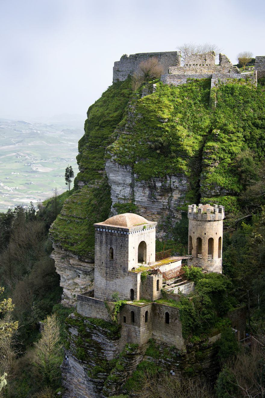 italy-gives-away-free-castles-8-591eb31232ac7__880.jpg