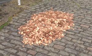 Este artista dejó 15000 monedas en una calzada de Londres para ver la reacción de la gente y quedó sorprendido