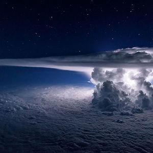 Enorme cúmulonimbo sobre el océano Pacífico a 11 kms de altura