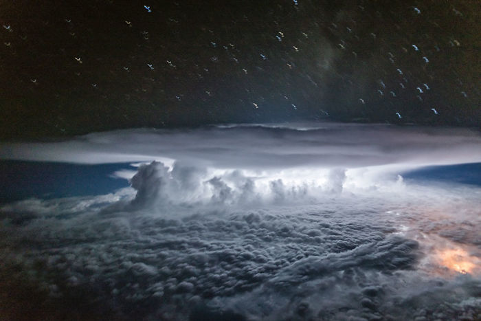 Parece una explosión nuclear, pero es un cúmulonimbo descargando en los bosques colombianos