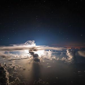 Relámpagos nocturnos sobre el océano Atlántico