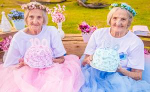 Photographer Captures Twins Celebrating Their 100th Birthday And The Pics Are Just Too Cute