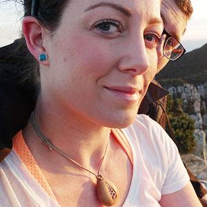 Esta mujer llevó encima su anillo de compromiso durante todo un año sin saberlo, su reacción no tuvo precio