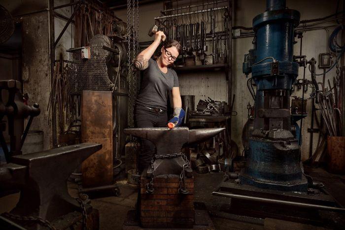 Mujeres realizando trabajos