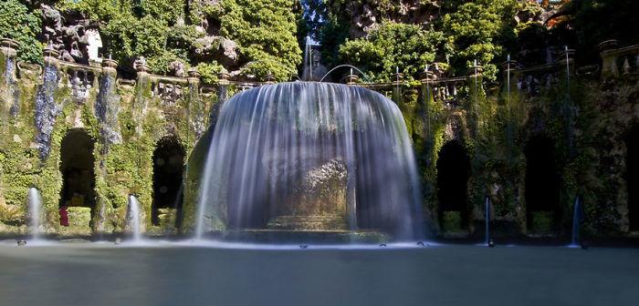 Fuente oval en Villa D'este, Roma, Italia