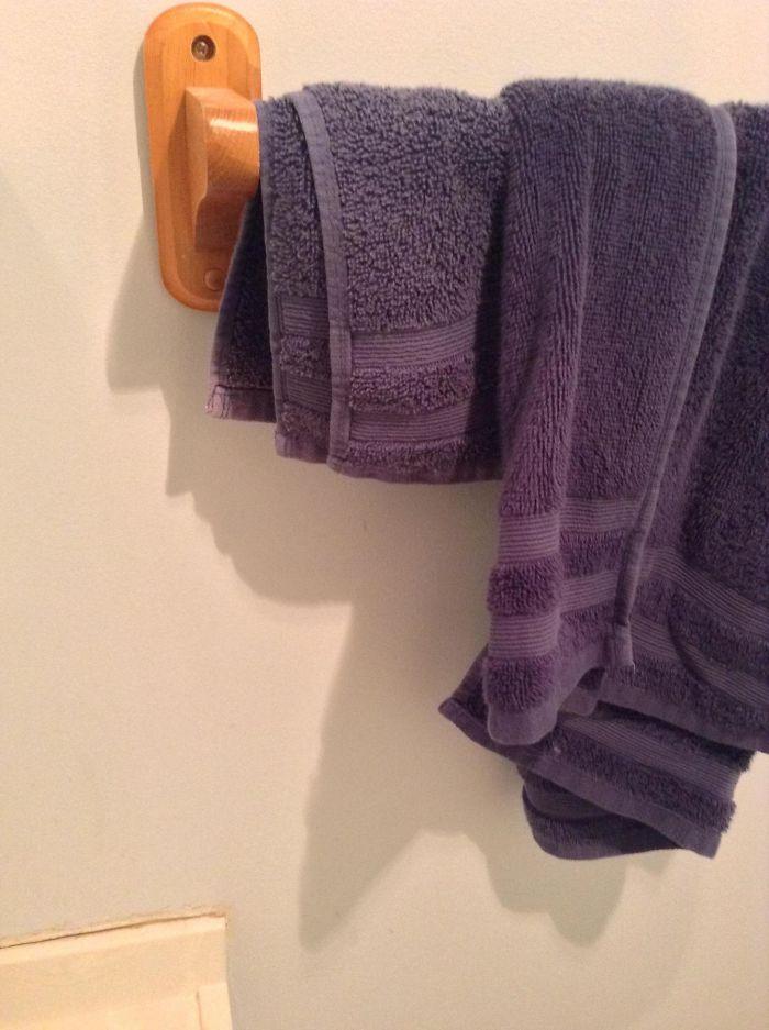 La sombra del toallero parece Donald Trump