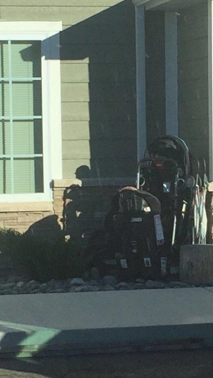 Sombra de carrito que parece un anciano con andador