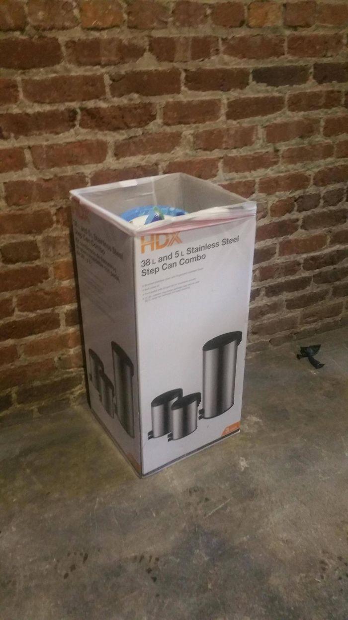La papelera del bar es la caja donde venia la papelera original