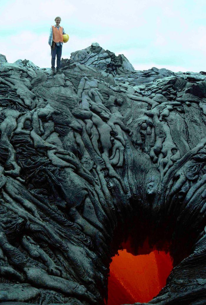Láva vypadá jako lidská těla vtahovaná do nitra Země
