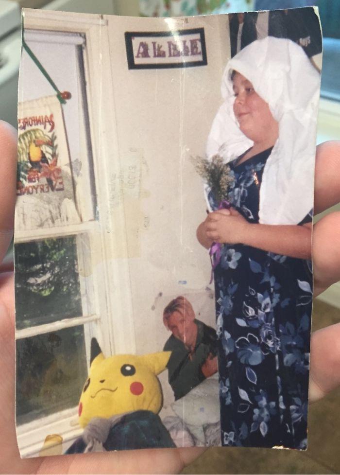 Mi foto de cuando me casé con mi peluche de Pikachu