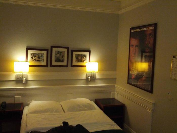 Mi habitación de hotel está decorada con imágenes de Arma Letal 2