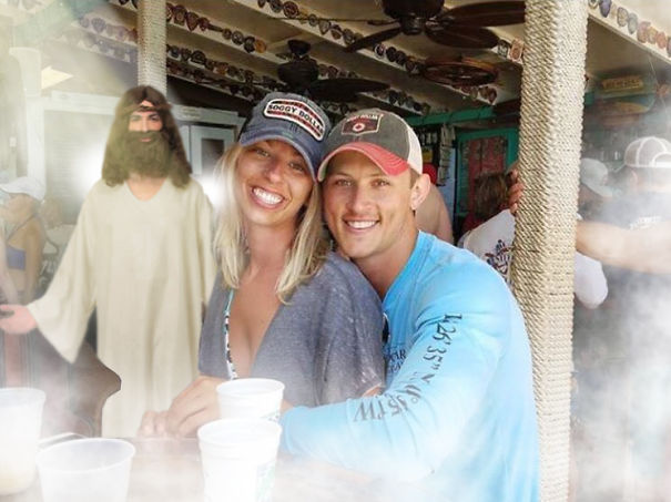 Faits divers Funny-engaged-couple-photobomb-photoshop-request-original-5955784f09bd1__605