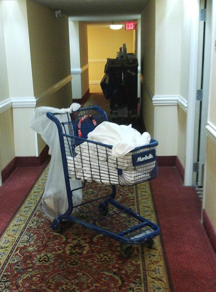 El carro del servicio de habitaciones en este hotel es un carrito de supermercado robado