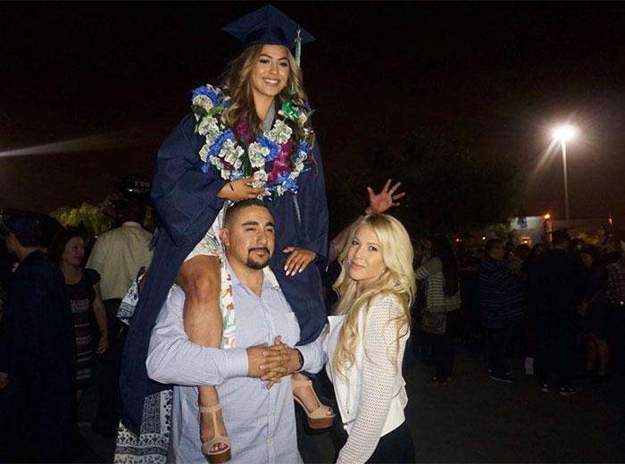 girl-recreates-graduation-photo-family-madeleine-tarin-2