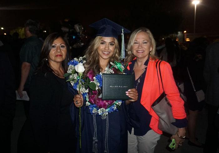 girl-recreates-graduation-photo-family-madeleine-tarin-4