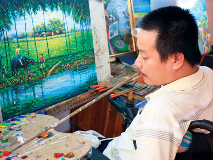 Paralyzed Vietnamese Veteran Creates Stunning Artwork With His Mouth