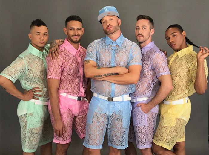Existen los pantalones cortos de encaje para hombres y no sabemos qué pensar