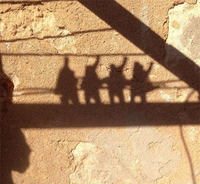 La sombra de las pinzas de ropa parece una banda de rock terminando un concierto