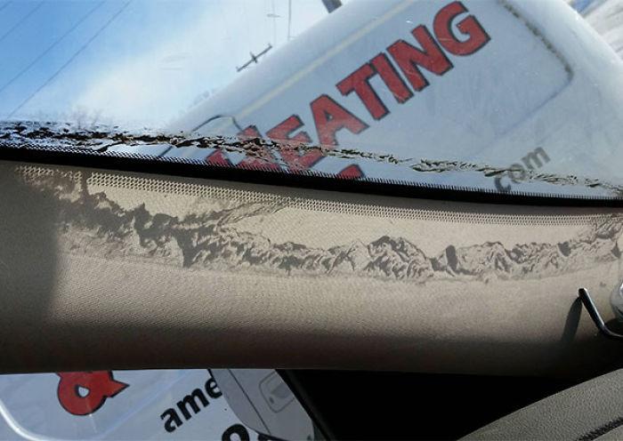 La sombra de la roña en mi parabrisas parece una cadena montañosa