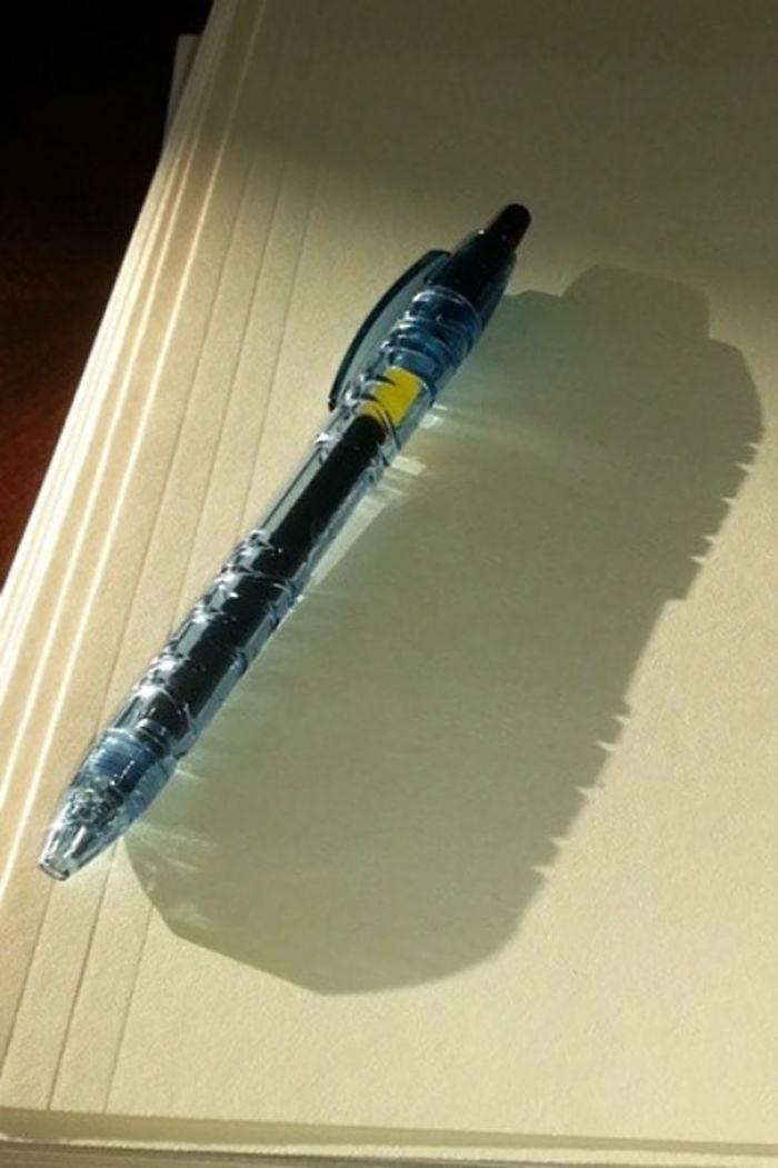 Este boligrafo está hecho con botellas de agua recicladas, y su sombra lo demuestra