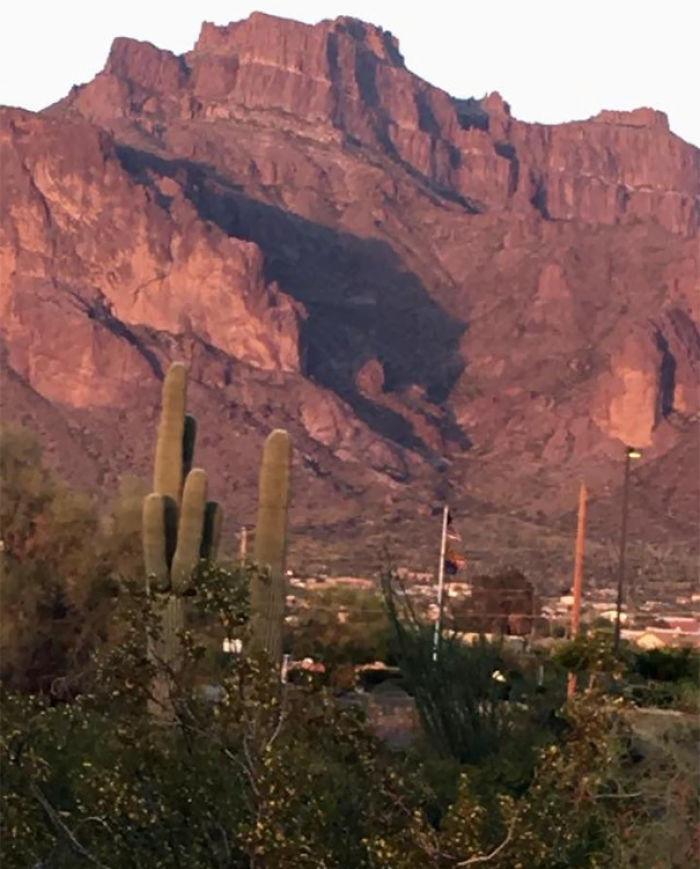 La sombra de la montaña parece un puma atacando
