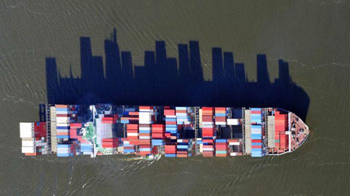 La sombra de este carguero parece el paisaje de una ciudad