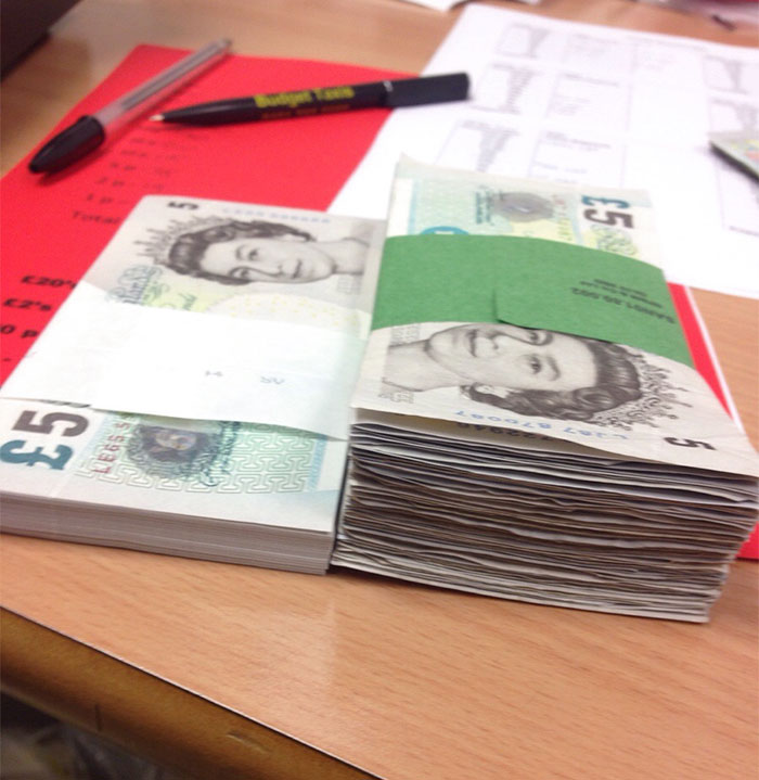 New £500 Bundle Of £5 Notes Compared To Used Ones