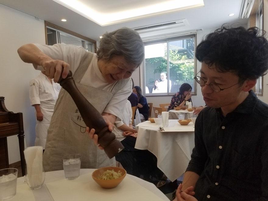 waiters-dementia-restaurant-of-order-mistakes-tokyo-12