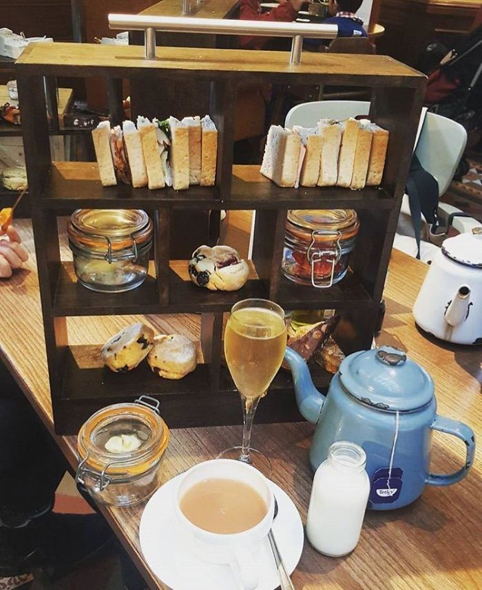 Acompañamiento para el té servido en una estantería