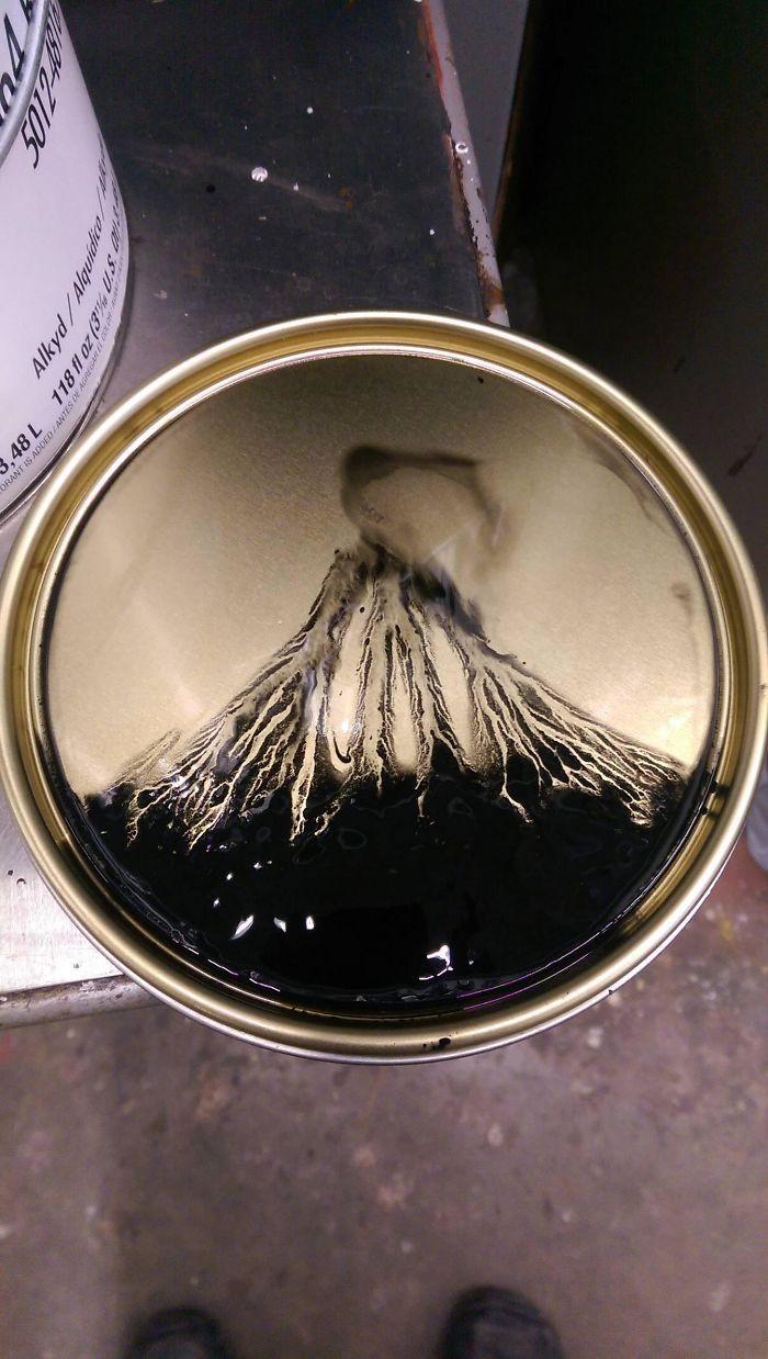 Explosión volcánica en la tapa de un bote