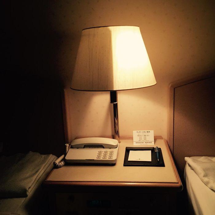 La lampara de la mesilla se puede encender a medias en este hotel de Japón