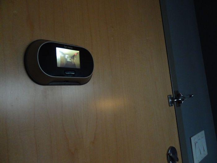 Habitación con mirilla digital