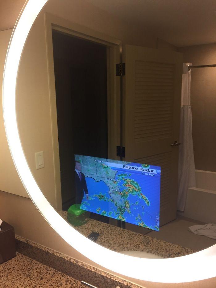Hay una televisión en el espejo de la habitación