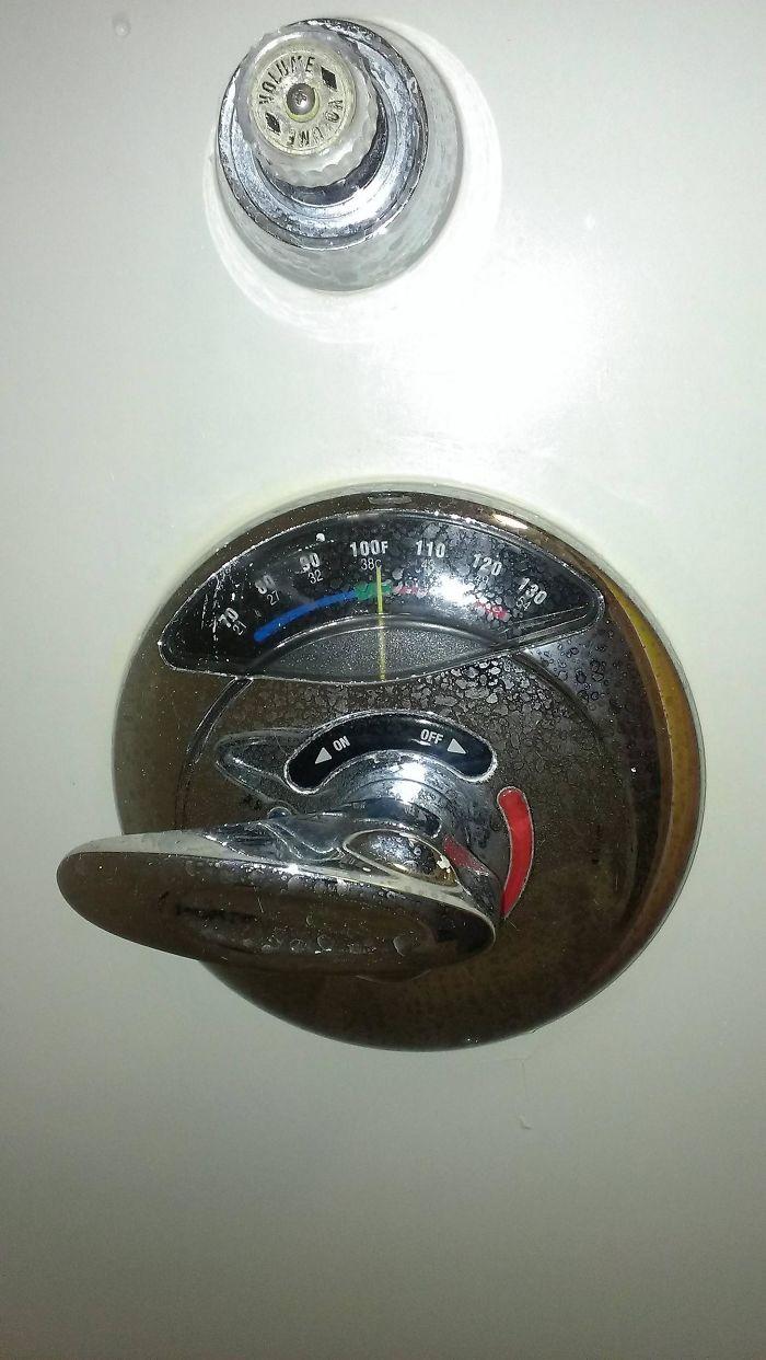 La ducha de este hotel muestra la temperatura