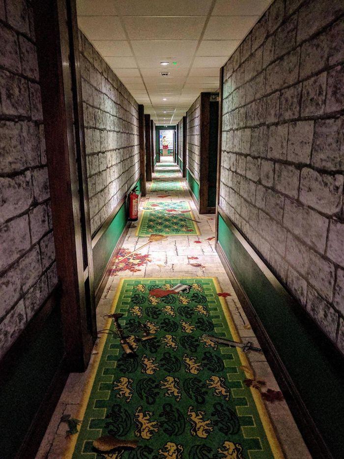 Los pasillos del hotel parecen un juego retro