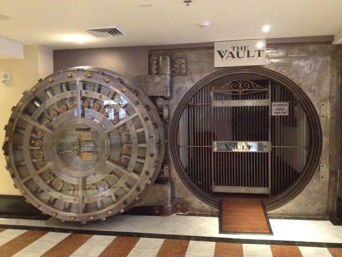 El bar del hotel solía ser la caja fuerte de un banco
