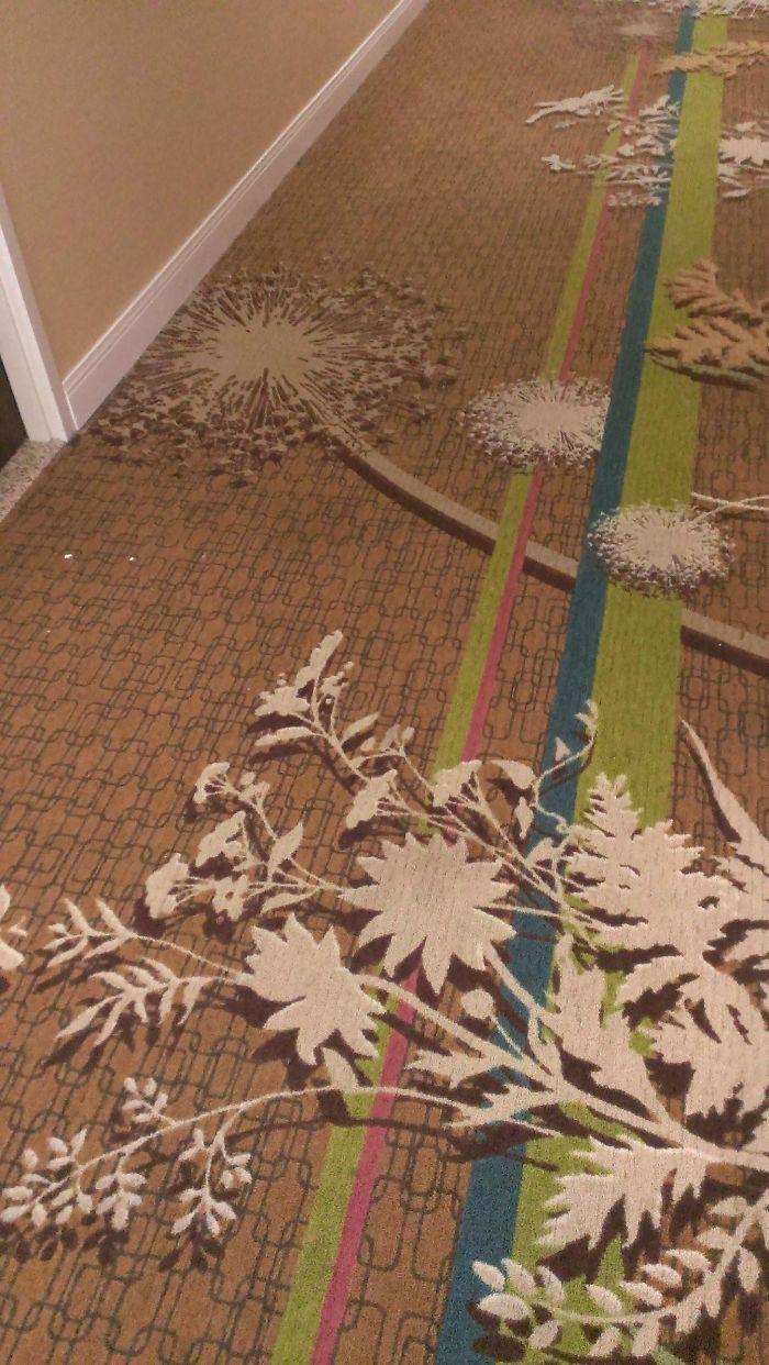 La moqueta del hotel tiene flores que parecen 3D
