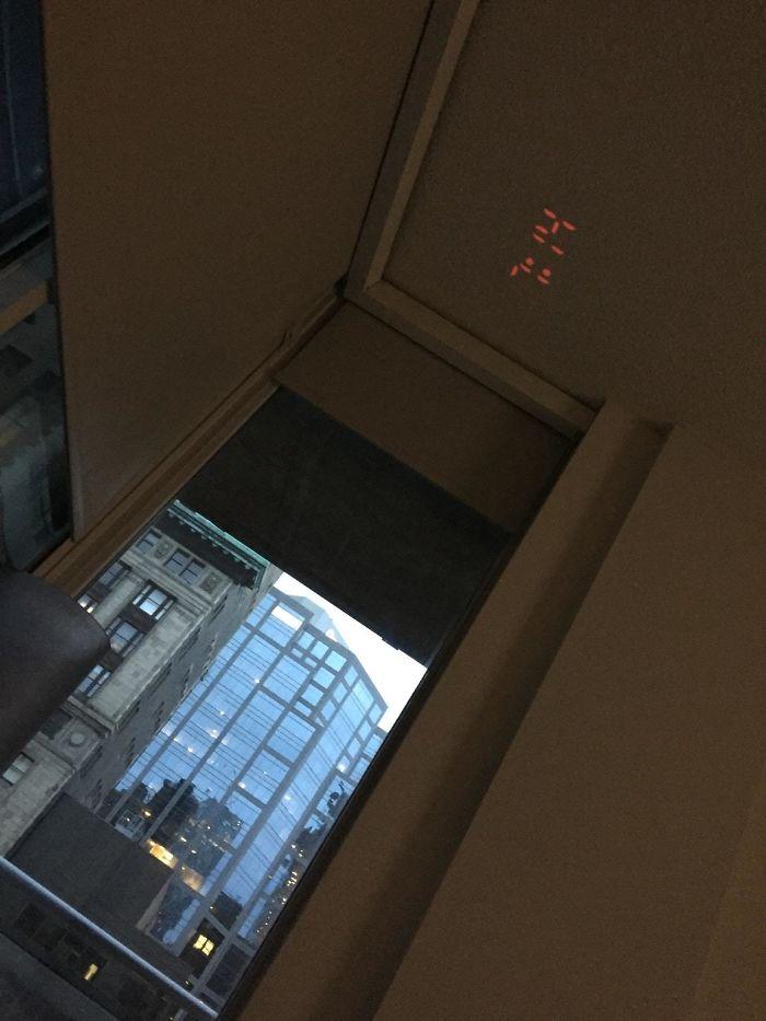El reloj en este hotel proyecta la hora en el techo