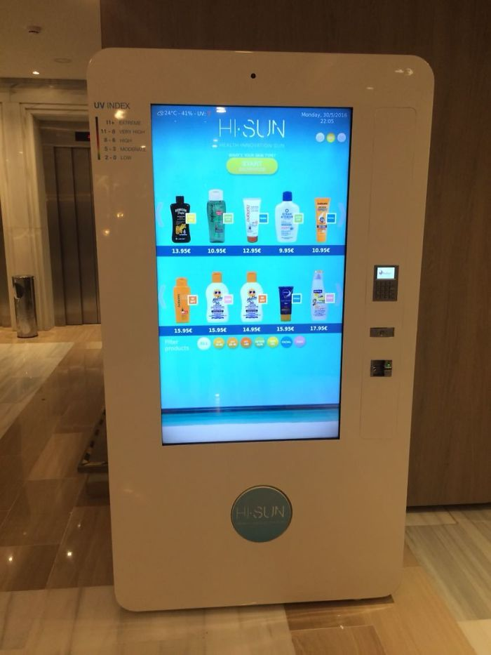 Hay una máquina que vende protector solar en la recepción del hotel